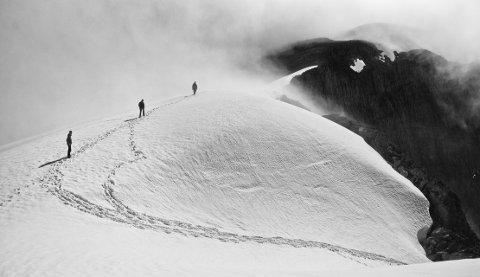 PREMIERT: Turgåere like under toppen av fjellet Skåla (1843 moh.) i Sogn og Fjordane. Foto: Aleksander Myklebust