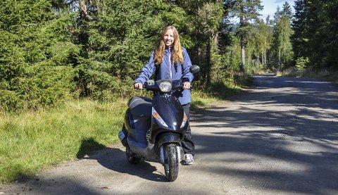 Seks mil om dagen: Scooteren er til god hjelp når Kristin ser til sauene på beite på Øståsen. Gjennomsnittlig kjører hun seksti kilometer om dagen på skogsvegene.