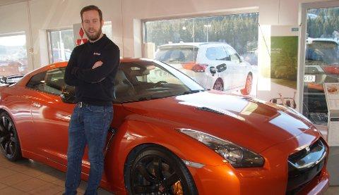 RÅSKINN: Thomas Kristiansen solgte sin første bil til læreren sin på videregående. Her står salgslederen foran en 2010-modell Nissan GT-R med 485 hestekrefter.