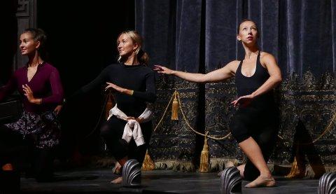 DET ØVES: Dagene til den 23 år gamle danseren Aurora Haugen Itland (til høyre) blir nå tilbrakt på Folketeateret.