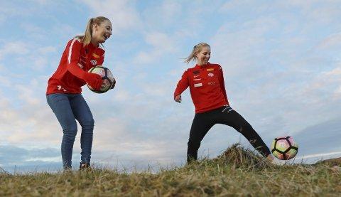 ÅRETS IDRETTSNAVN: Avaldsnes sitt damelag i fotball er kåret til årets idrettsnavn av Haugesunds Avis. Hanna Dahl (t.v.) og Cecilie Pedersen. FOTO: GRETHE NYGAARD