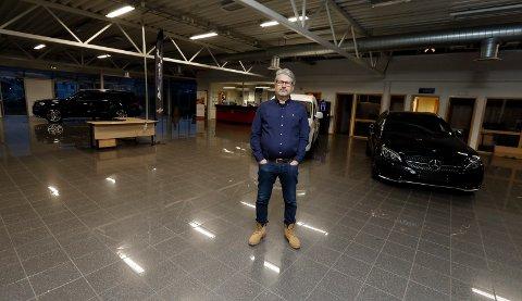 TOMME LOKALER: John Arne Vatland la ned bilsalget i fjor. Siden den tid har han, sønnen Jens-Martin og kollegene jobbet med å få Tesla inn i bygget. Det har de nå klart.
