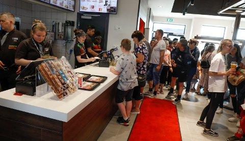Bildet viser stinn brakke da  Burger King på Norheim åpnet i mai. Nå er ikke trøkket like stort, noe som har ført til at noen av medarbeiderne ikke har jobb lenger.