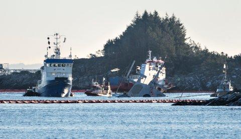 Arbeidet med å klargjøre fregatten Helge Ingstad for heving er gjenopptatt etter at det måtte stoppes torsdag kveld på grunn av mye vind. Men allerede tirsdag er det meldt mer vind.