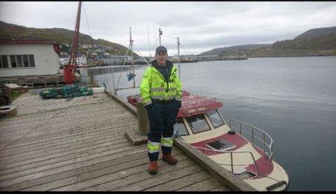 Joakim Johansen fra Havøysund hjalp natt til mandag en fisker opp fra sjøen ved flytebrygga i bygda.