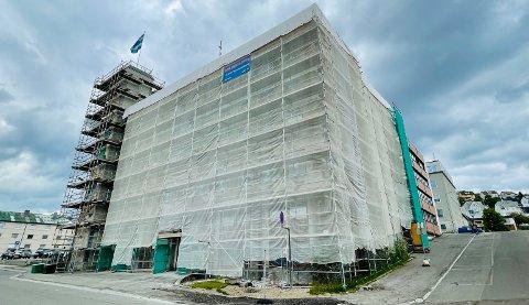 Deler av rådhuset i Harstad er for tiden pakket inn i plast grunnet oppussingsarbeid.
