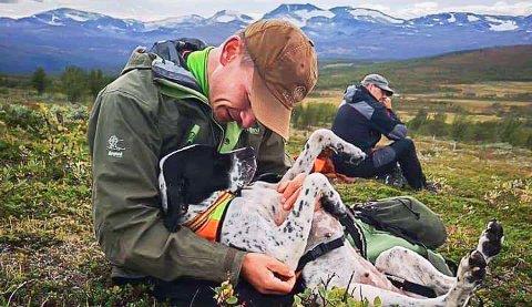 Tilbud: Einar Einmo ønsker å gi et tilbud til hundeinteresserte i kommunen, og er nå i gang med å lage en hundepark. Her er han sammen med pointeren som er av eget oppdrett, NUCH Lykkekjerrets Chanel.