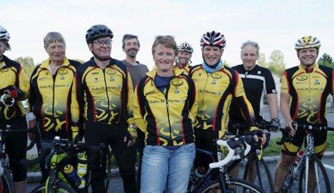 Holmestrand sykkelklubb stiller med vakter i Tour of Norway. De mener den beste plassen publikum kan stå er her på Kiwi Kleivbrottet, der gjengen samlet seg etter torsdagstreningen forrige uke. I midten leder Marit Holst.