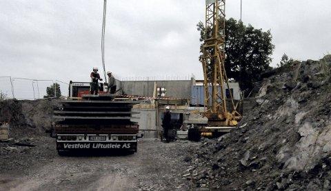 MYE LYD: Arbeidet her i Fløyveien lar seg høre av mange på fjellet i Holmestrand. Prosjektet skal etter planen være ferdig i løpet av neste år. foto: lars ivar hordnes