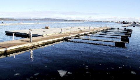Reiser nordover: Disse bryggeelementene har ligget på lager i småbåthavna i påvente av riktig vær for sleping nordover i bukta til Sande. Foto: Pål Nordby