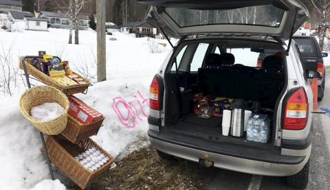 Butikk i bilen: Anita I. Kovac tok med seg et utvalg fra Eidsfoss landhandleri og drev butikk i fra bagasjerommet.