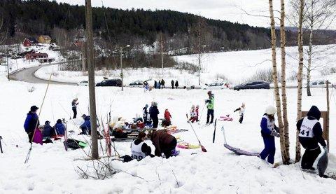 Bra med folk: Rundt 30 publikummere og 25 barn var med på skileik på Bollerudjordet.