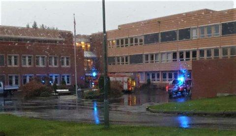 RØYKUTVIKLING: Nødetatene rykket ut til Kragerø videregående skole fredag ettermiddag.