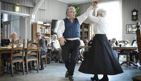 Svinge seg rundt: Ole og Oddrun Refsahl var én av dem som danset til munnharpe og trekkspillmusikk på Nymoensenteret lørdag. foto: jenny ulstein