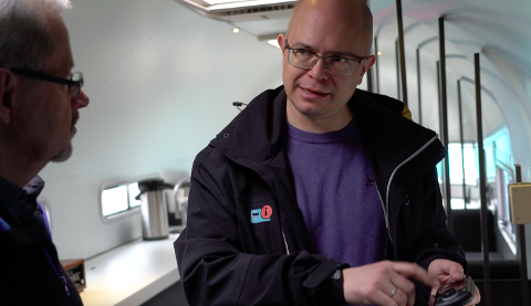 Her har Radio.no fått besøk av Håkon Myhra fra Jondalen, Kongsberg. Han lurte på løsninger til bilene sine. Her forklarer Ole Jørgen Torvmark hvordan antennen til DAB-adaptere skal monteres.