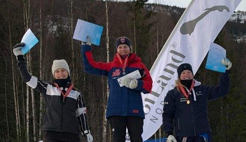 NORGESMESTER: Anine Thoresen jubler på toppen av seierspallen etter triumfen i junior-NM i slalåm på Norefjell. FOTO: PRIVAT