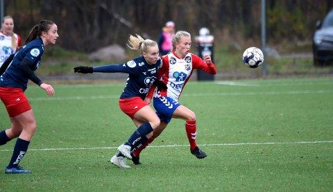 BERGET PLASSEN: Emilie Bølviken (t.h.) og Lyns fotballdamer avsluttet sesongen på en fremragende måte. FOTO: OLE JOHN HOSTVEDT