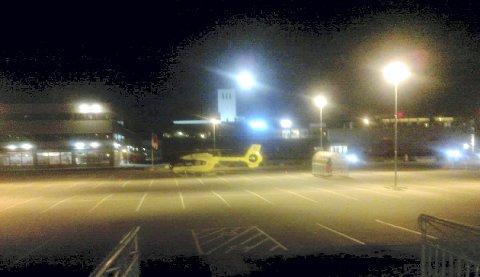 Helikopterparkering: Søndag kveld var det flere som lurte på hva som skjedde, da ambulansehelikopteret landet på Amfi-parkeringen, og ble stående i over en time.