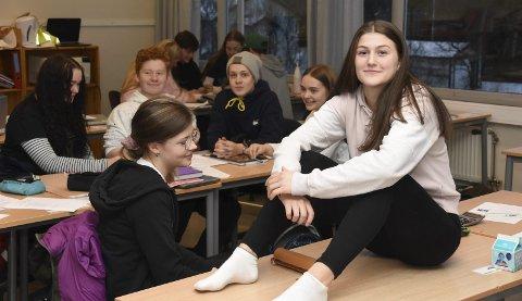 PÅ SKOLEN: Michelle Skeistrand er tilbake på Bøstad skole etter fire dager landslagssamling i Skien. Alle Foto: Eirik Eidissen