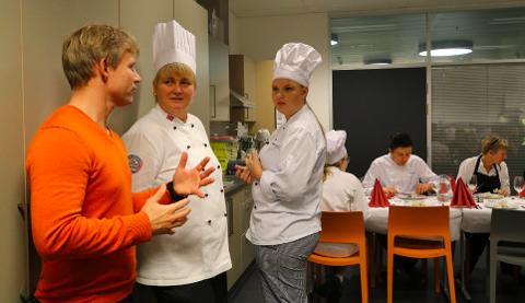 REKRUTTERING: Gaute Ubostad, her i samtale med Turid Kalleberg Mydland (i midten) og Helene Simonsen på et rekrutteringsarrangement ved Lyngdal ungdomsskole i 2015. Ubostad er opptatt av at næringen må ta sin del av ansvaret.