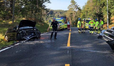 ETTERFORSKES: Lensmann Jan Terje Aas sier en av bilene som varf innblandet i ulykken ved Myran kom over i feil kjørebane. Politiet vet foreløpig ikke hvorfor.
