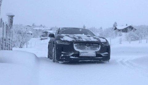 Salget av nye elbiler er rekordhøyt i Norge. Det betyr også at mange nå er i gang med sin første elbil-vinter. Dette er Jaguar I-Pace, på Venabygdsfjellet.