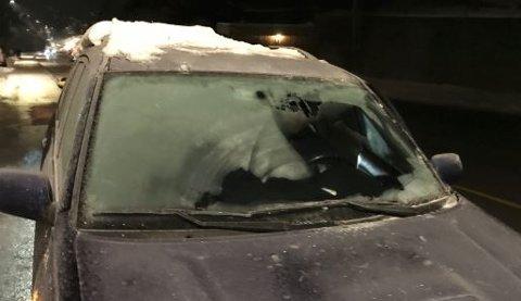 ULOVLIG: Politiet har lagt ut dette bildet på Twitter som skrekkeksempel, sammen med en oppfordring til bilister om å sørge for fri sikt når de skal ut å kjøre.