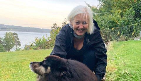 GLAD I NÆROMRÅDET: Gro Bakstad går ofte tur med Alfred, en finsk lapphund, hjemme på Malmøya. – Kveldsturen er min økt, forteller den travle topplederen.