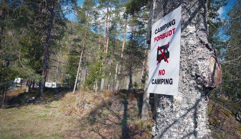 Allemannsrettengjelder uavhengig av hvem som er grunneier. Samtidig setter flere grunneiere opp private skilt med «camping forbudt» for å hindre bobiler og folk med campingvogn å overnatte. Det finnes noen regler du må forholde deg til. Så sett deg inn i det før ferien starter.