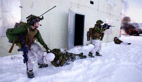 NEDLEGGINSTRUET: Soldater fra 2. bataljon på øvelse i Mauken skytefelt. Avdelingen skal etter planen tømmes for soldater og settes på mobiliseringsstatus. Men nå vil forsvarssjefen utsette nedleggelsen. Arkivfoto.