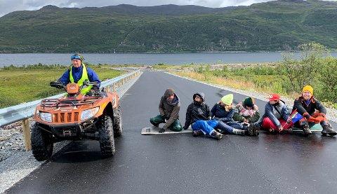 LENKEGJENG: Øystein Rushfeldt passerer lenkegjengen som har satt seg ned på den nyasfalterte veien ned til det planlagte industriområdet. Foto: Isak Gregers Eriksen