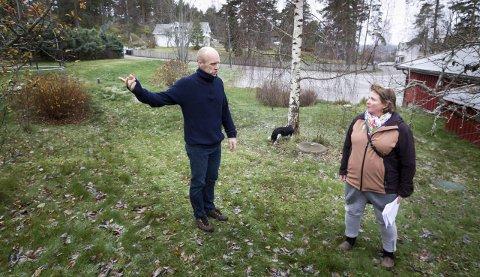 UFORSTÅENDE: Sonja Birkeland, her sammen med Ola Toftdahl, sier på vegne av Svartskog Vel at de stiller seg helt uforstående til at lokale løsninger ikke er med i utredningsfasen. Vellet ser ingen vinning ved den foreslåtte løsningen. FOTO: BJØRN V. SANDNESS