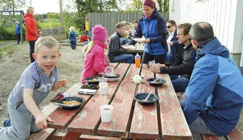 SPENNENDE HØST: I Blåveiskroken er høstsuppa en tradisjon. Leserbrevforfatter Inger Johanne Barth hjelper her til med serveringen. F