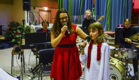 Sang sammen: Eva (10) var med når julesangen til Birgitte Damberg ble fremført under julekonserten i Salen i Ski. foto: Åsmund A. Løvdal