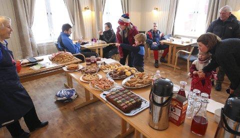 Hjemmebakt: Sanitetskvinnene tilbyr Cathrine Furseth, Leander, Tuva og Taran Leifson et fristende kakebord som premie etter fullført skitur. FOTO: Bjørn V. Sandness