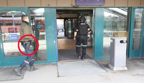 Dette bildet er hentet fra en situasjon på Ski stasjon i april 2019, hvor tungt bevæpnet politi jaktet på en person de ville snakke med.