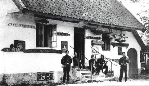 FREDRIKSVERN VERFT: Et utvalg av de mange gamle bildene fra Fredriksvern verft: Kommandantboligen i 1860-åra, vaktstua fra den første kadett-tiden i 1890-åra.