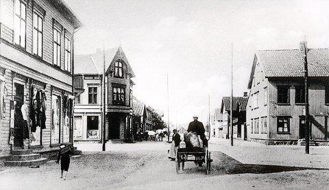 HUITFELDTS GATE sett fra Dronningensgate omkring 1905-10. I gården nærmest til venstre, Dronningensgate 34a, var det blant annet kolonial og manufakturhandel (Alb. Christophersen) og bakeri (O.E. Leinæs). I gården vis-à-vis, Huitfeldts gate 24, var det kolonial-, manufaktur- og skobutikk (A.C. Hansen), og i gården til høyre, Tordenskiolds gate 2, etablerte den sosiale institusjonen «Kaffestuen» seg i 1911.
