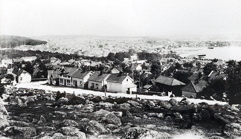 HØYSTEINANE.  Nedre del av Høysteinane omrking 1910. Vi ser også noe av bebyggelsen langs Brunlanesveien og nedkjøringen til Langestrand.