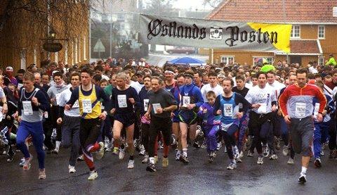 KLAR, FERDIG....: Det har ofte vært trangt om plassen på startstreken i Stavern, som her fra en tidligere utgave av Larviksløpet. Nå håper arrangøren at både værgudene og enda flere deltakere er med i 2020.