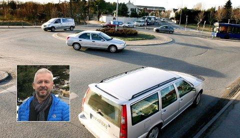 VI ER SLØVE: Kjøreskolelærer Per Christiansen mener larvikinger er dårligere enn trafikantene i Sandefjord til å plassere seg og bruke blinklys  i rundkjøringer. Og han synes heller ikke politiet går foran med et godt eksempel, men er like sløve som alle oss andre.