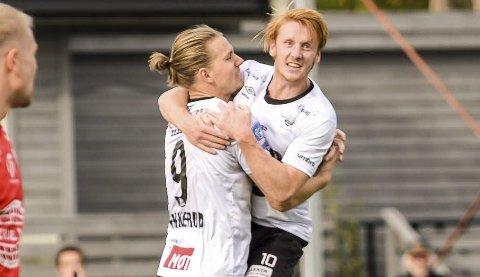 JUBEL: Peder Nersveen (til høyre) og Jonas Enkerud feirer sistnevntes livsviktige utligningsmål.
