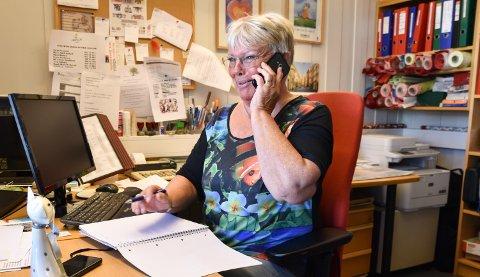 GODT HUMØR: – Kontorarbeid kan alle lære seg, men det viktigste er å være glad i folk, sier Torild J. Edvardsen om jobben som leder ved Løten Frivilligsentral.