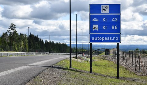 TAKSTENE: Her er skiltet som viser takstene i bommen på nye riksveg 3/25 mellom Løten og Elverum.