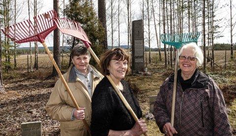 STRØKENT: Det er alltid strøkent der Blomsterpikene, her fra venstre Grethe Foss,  Unni Langmoen og Unni Tollefsen på krigsgravplassen på Haslemoen.