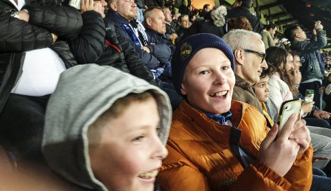 Stor stemning: Det er en helt spesiell opplevelse å sitte blant spanske supportere når en nordmann er hovedperson på banen. Her er Leo og Bono Furseth.