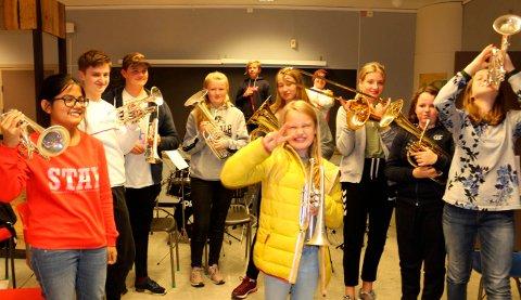 VIL HA MED FLERE: Det er en livlig gjeng musikanter i Langesund Skolemusikk, og de ønsker at mange flere barn har lyst til å begynne å spille sammen med dem. Det er blitt færre og færre aktive musikanter for hvert år. Nå satser korpsledelsen på at det blir nyrekruttering.