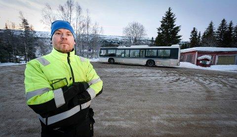 LYSER OPP: Rune André Johnsen bor like nedenfor snuplassen i Brennåsen, der det snur en buss hvert kvarter. Tidligere kom det et par-tre busser i døgnet og snudde, nå omtaler han området som en evigvarende pressekonferanse med blitslys. Bussene lyser inn i stuene til nabohusene fra tidlig morgen til sen kveld.