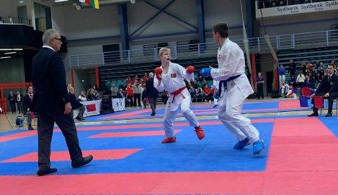 Marius Skevik Westgaard (i rødt) tok sølv i Nordisk mesterskap i karate denne helga.
