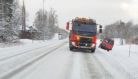 En bil havnet torsdag ved 13-tida i grøfta på Båsmoen.
